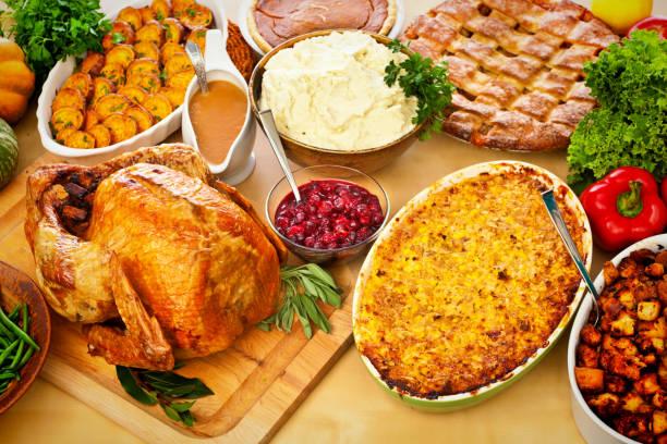 thanksgiving, weihnachten, braten türkei abendessen mit beilagen drum und dran - aufstrich weihnachten stock-fotos und bilder
