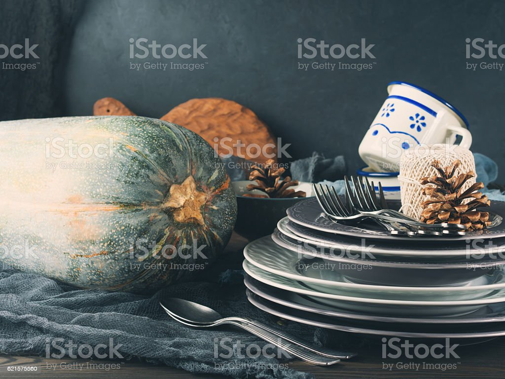Thanksgiving dinner still life with plates on dark background photo libre de droits