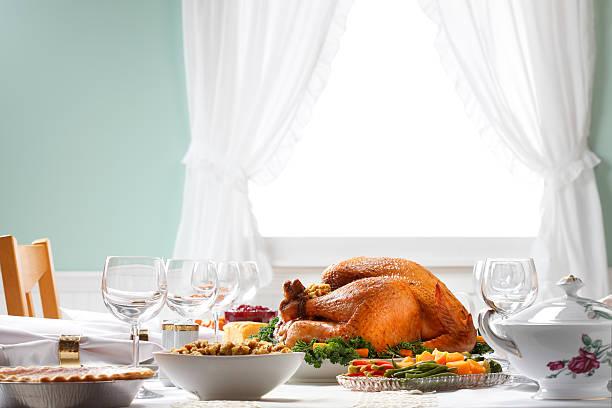 ужин в день благодарения таблице паста с естественным освещением - thanksgiving turkey стоковые фото и изображения