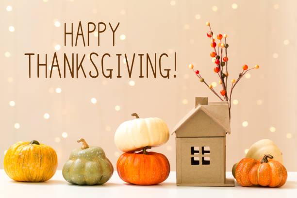 Thanksgiving-Nachricht mit Kürbissen mit Haus – Foto