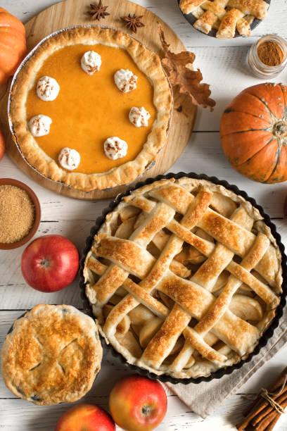 thanksgiving kürbis und apfel verschiedene kuchen - zimt pekannüsse stock-fotos und bilder