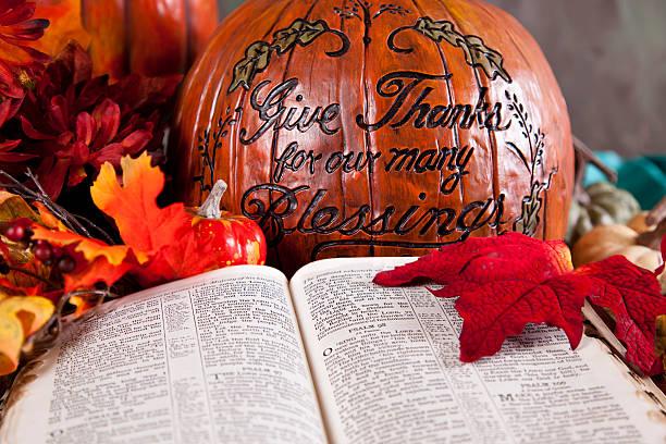 thanksgiving-kürbis und offene bibel zu psalm - psalm stock-fotos und bilder