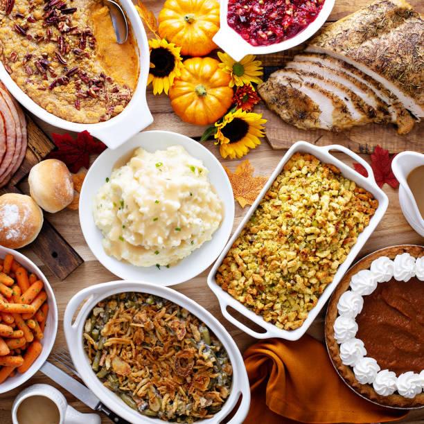 mesa de acción de gracias con pavo y - comida casera fotografías e imágenes de stock