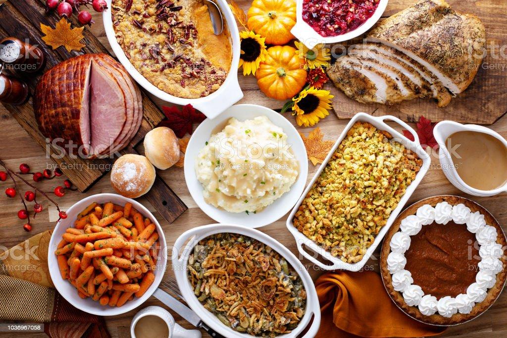 Thanksgiving table with turkey and sides - Zbiór zdjęć royalty-free (Bez ludzi)