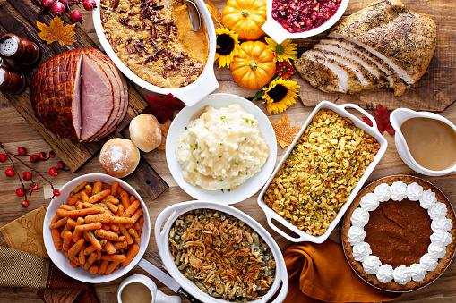 Thanksgiving Table With Turkey And Sides - zdjęcia stockowe i więcej obrazów Bez ludzi