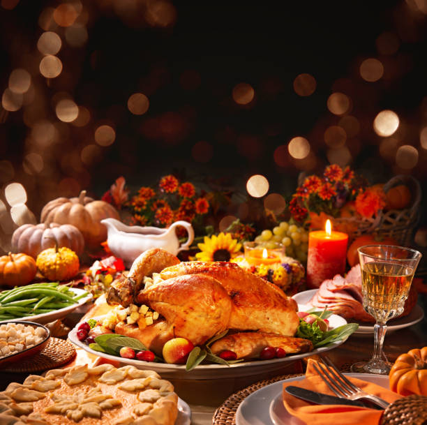 dinde de thanksgiving - diner entre amis photos et images de collection