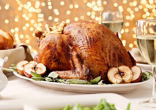 thanksgiving-truthahn - roten küchentische stock-fotos und bilder
