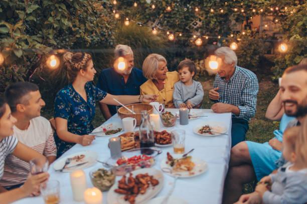 danksagung mit familie - partysalate stock-fotos und bilder