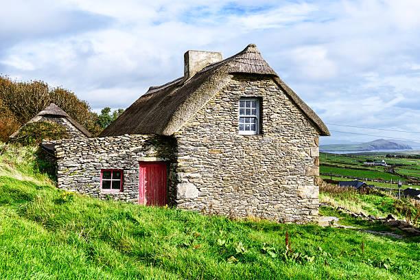 strohgedeckte hütte auf der halbinsel dingle, irland - strohdach stock-fotos und bilder