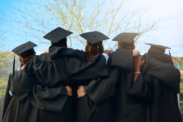 ¡es un abrigo de la gente! - graduation fotografías e imágenes de stock