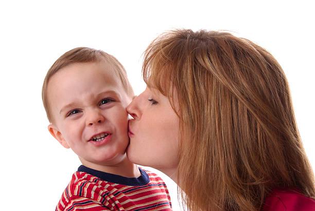 ecco grave mamma - kids kiss embarrassed foto e immagini stock