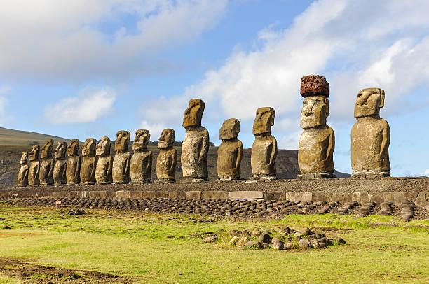 die 15 moai-statuen in ahu einzahl, osterinsel, chile - osterinsel stock-fotos und bilder