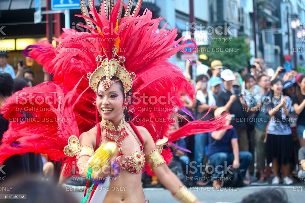 37 아사쿠사 삼 바 카니발 (2018)-삼 바 댄서 미소 스톡 사진
