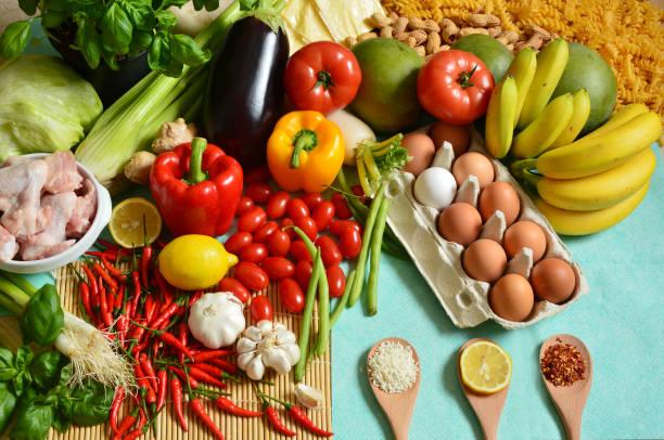 the 5 food groups - gesunde huhn pasta stock-fotos und bilder