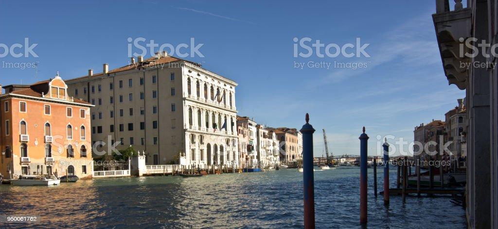 El distrito de la Academia en Venecia y en el fondo la Catedral de Santa Maria Della Salute - foto de stock
