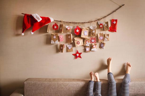 der advent-kalender an der wand hängen. kleine geschenke überraschungen für kinder - winterdeko basteln stock-fotos und bilder