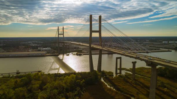 Die Luftbild Blick auf die Savannah und Talmadge Memorial Bridge über den Savannah River, an der Grenze zwischen Georgia und South Carolina. – Foto