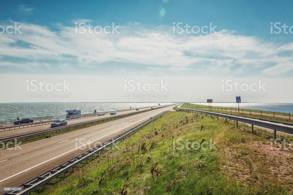 De Afsluitdijk verbonden twee Nederlandse provincies foto