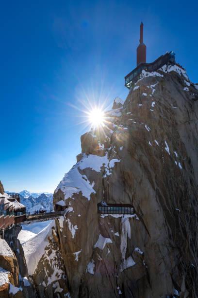 L'Aiguille du Midi (3842m) avec passerelle et observation sur le pont. Aiguilles de Chamonix, Mont-blanc, Haute-Savoie, Alpes, France - Photo