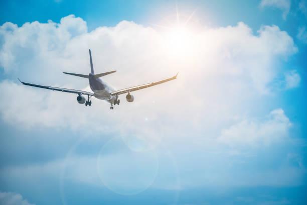 Das Flugzeug fliegt in Richtung des Himmels wunderschön. – Foto