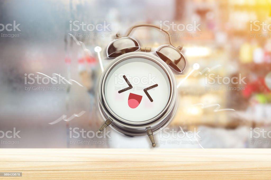 Der Wecker freut sich morgens im Schlafzimmer. Guten Morgen und einen glücklichen Tag. Haben Sie einen guten Tag-Konzept. – Foto