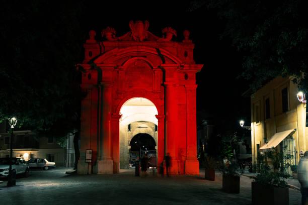 Das Albertina-Tor von Senigallia in rot erleuchtet – Foto