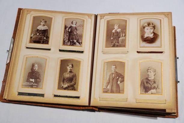 het album van onze overgrootouders. - senior fotoboek stockfoto's en -beelden