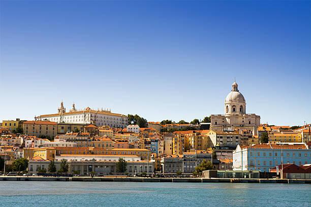 Der Alfama-Viertel von Lissabon gesehen von den Fluss Tajo – Foto