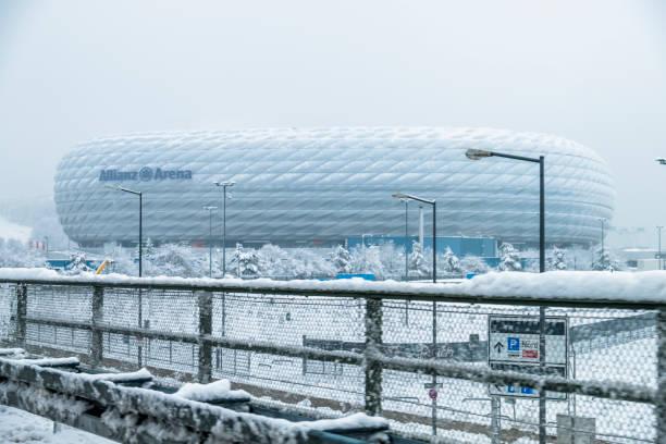 die allianz arena ist nach dem schneesturm mit schnee bedeckt. - bayern fußball heute stock-fotos und bilder