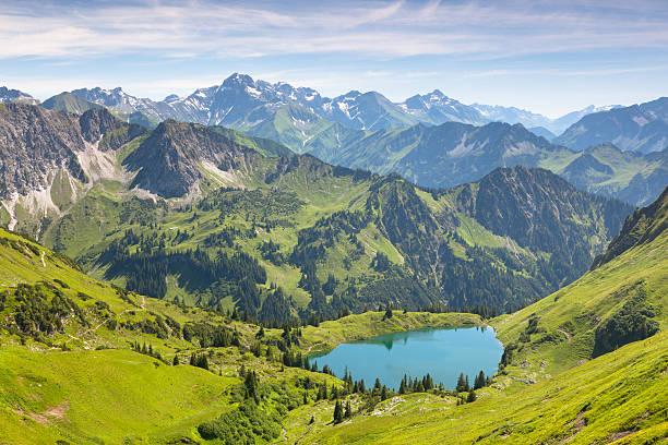 die alpinen see seealpsee nahe oberstdorf, bayern, deutschland - allgäu stock-fotos und bilder