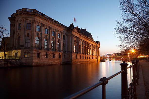 das alte museum im sonnenuntergang - brücke museum berlin stock-fotos und bilder