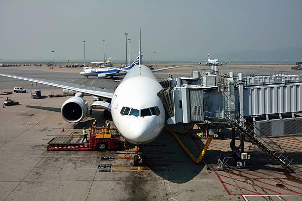 die ana boeing 767 wainint für landung in japan. - b767 stock-fotos und bilder