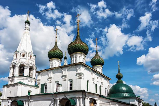 der alte orthodoxe tempel des erretters auf der stadt in der alten russischen stadt jaroslawl. - achtsamkeit persönlichkeitseigenschaft stock-fotos und bilder