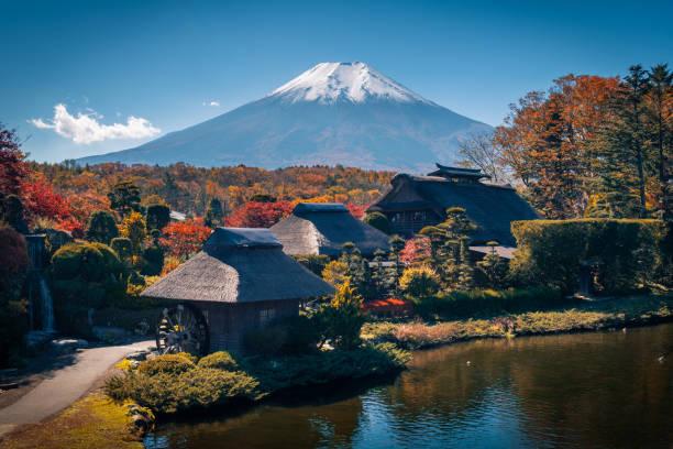 山梨県南都留郡地方で秋のシーズンの富士山と忍野八海の古代の村。 - yamanaka lake ストックフォトと画像