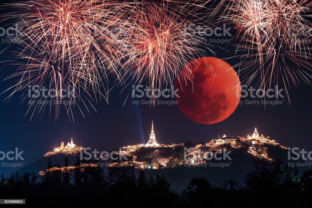 De jaarlijkse viering van het festival vuurwerk op gouden pagode met super bloed maan van Khao Wang, Phra Nakhon Khiri foto