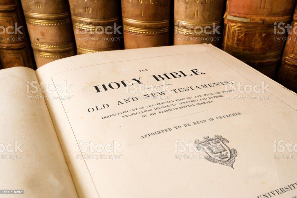 La Santa Biblia Antiguo abrir en página de título - foto de stock