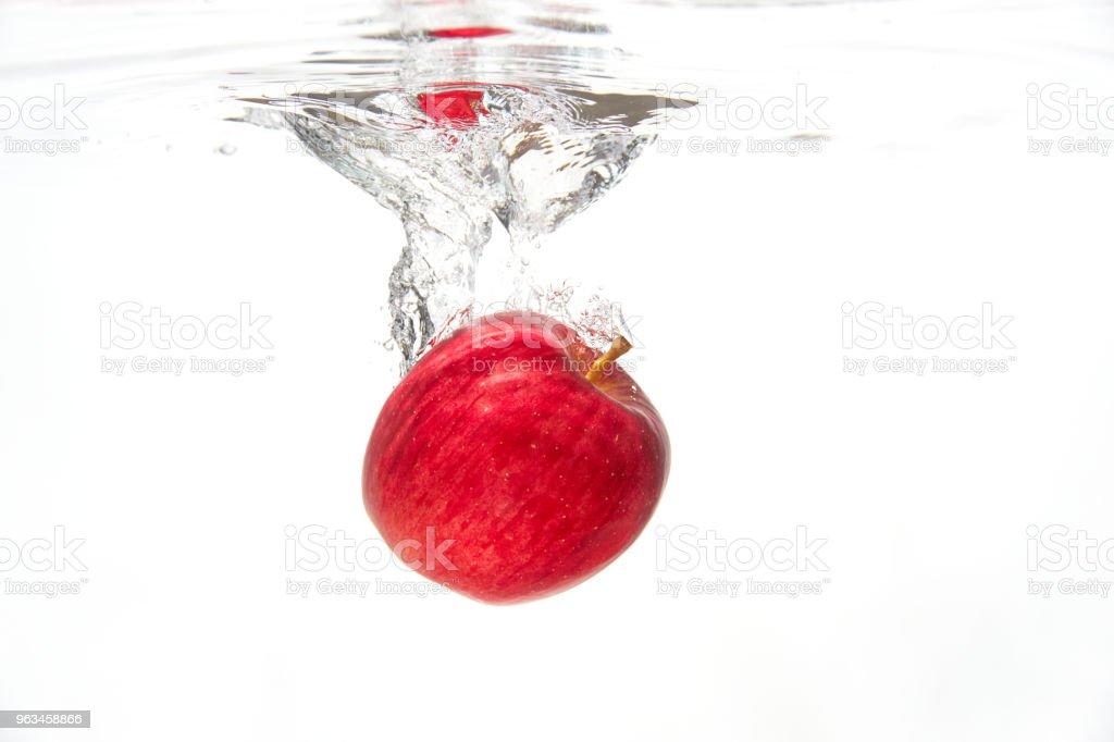 la manzana en el agua - Foto de stock de Agua libre de derechos