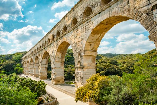 het aquaduct pont du gard - pont du gard stockfoto's en -beelden