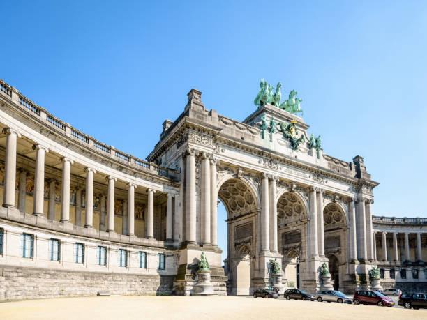 L'arcade du cinquantenaire à Bruxelles, en Belgique, par une journée ensoleillée. - Photo