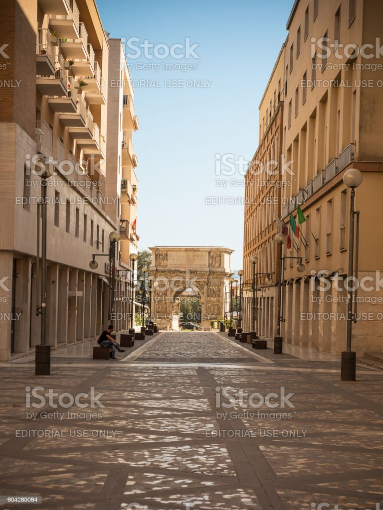 The Arch of Trajan at the end of Via Traiano in Benevento - foto stock