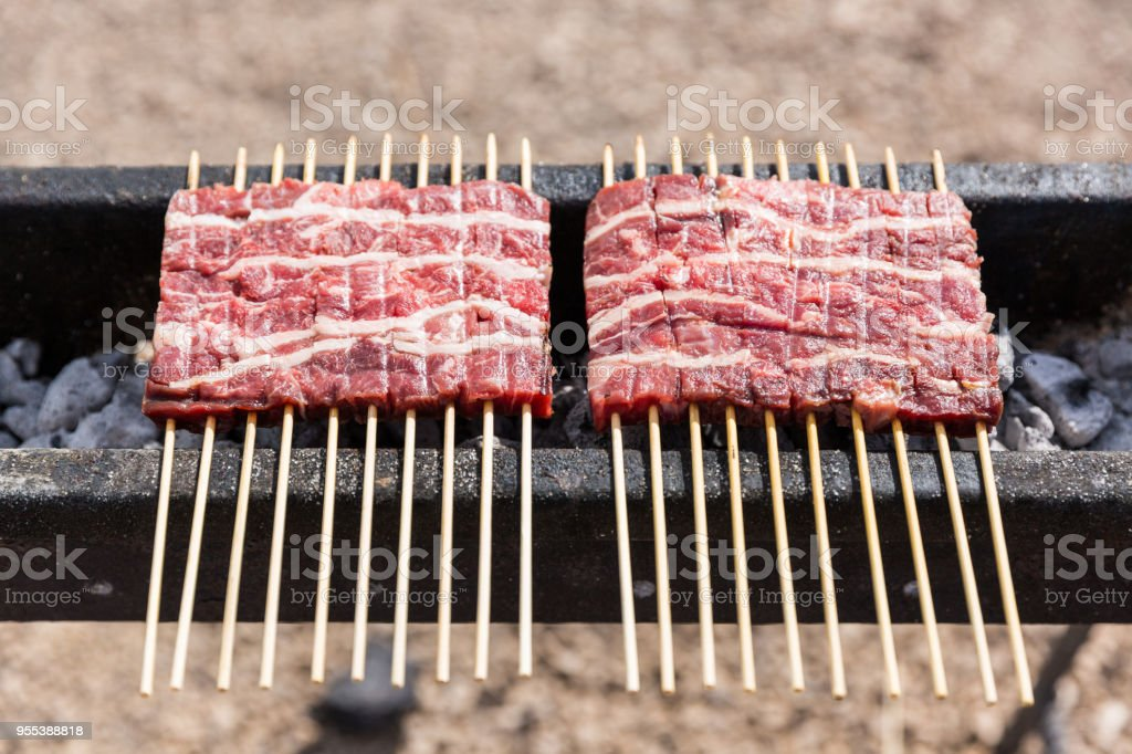 The arrosticini, a typical food from the Abruzzo region (Italy). - foto stock