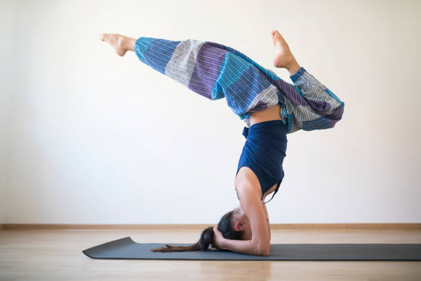 die kunst des yoga - pumphose stock-fotos und bilder