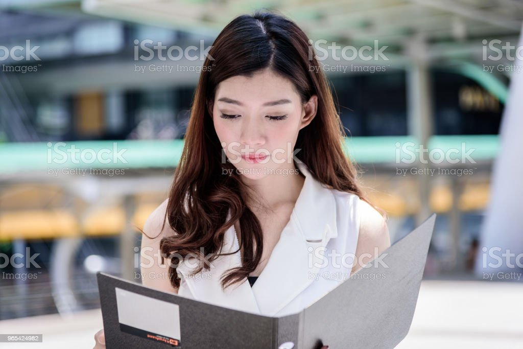 The asian business woman working and operation in outside office with building and city background. zbiór zdjęć royalty-free