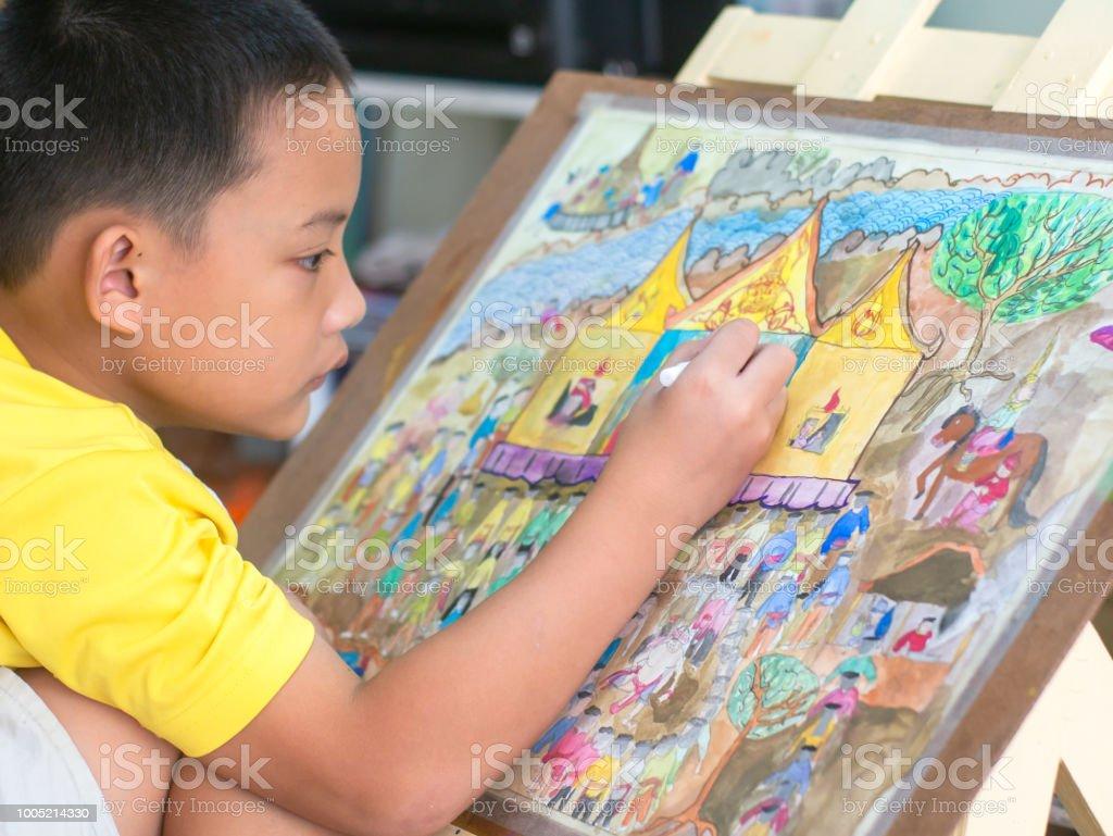 Das asiatische Kind zeichnen und malen seine Kunst, Aquarell und Bleistift Farbe auf Papier. – Foto