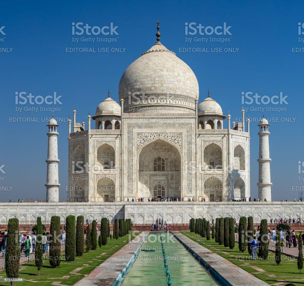 Agra, Hindistan - 5 Mar 2017. Şaşırtıcı Tai Mahal Türbesi her gün pek çok kişi tarafından ziyaret edildi. Bir Kule İskele tarafından (göstermek değil) o zaman kaplıydı royalty-free stock photo
