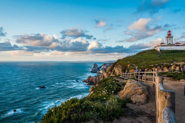 Die Atlantik-Küste nördlich von Cabo da Roca mit seinem Leuchtturm bei Sonnenuntergang – Foto
