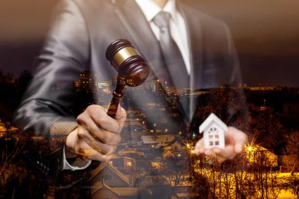 der auktionator führt die auktion für den verkauf von immobilien. - versteigerung stock-fotos und bilder