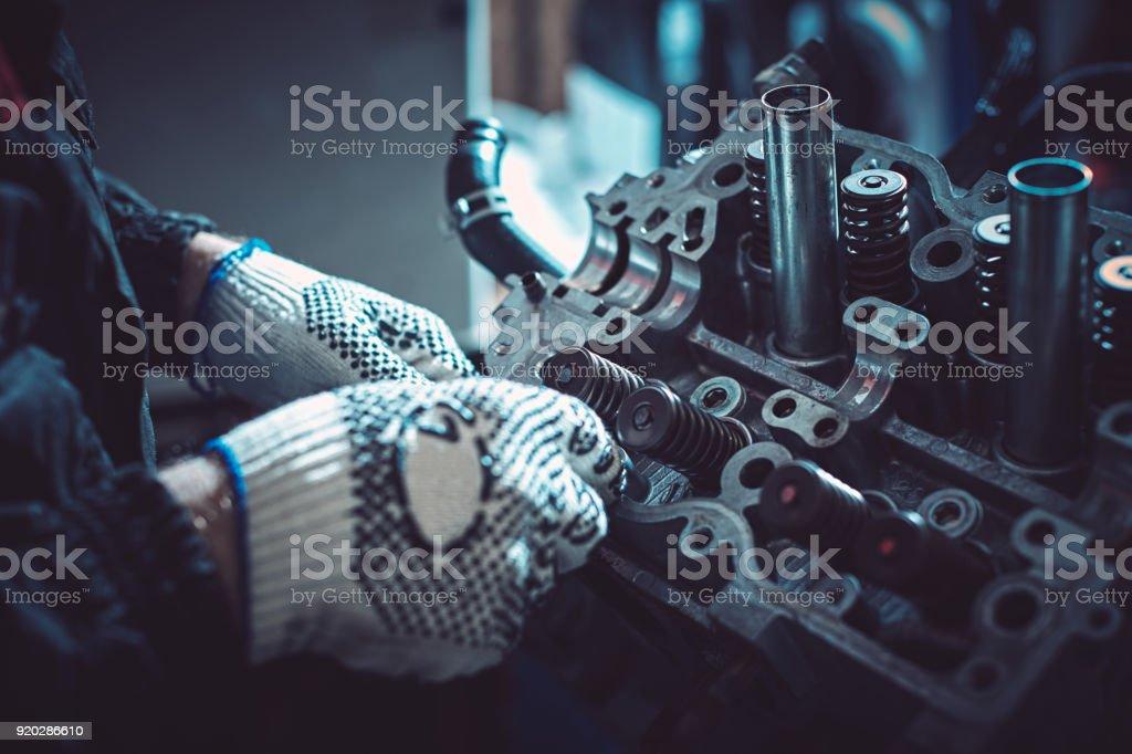 El mecánico de automóviles deconstruye el motor de combustión interna - foto de stock