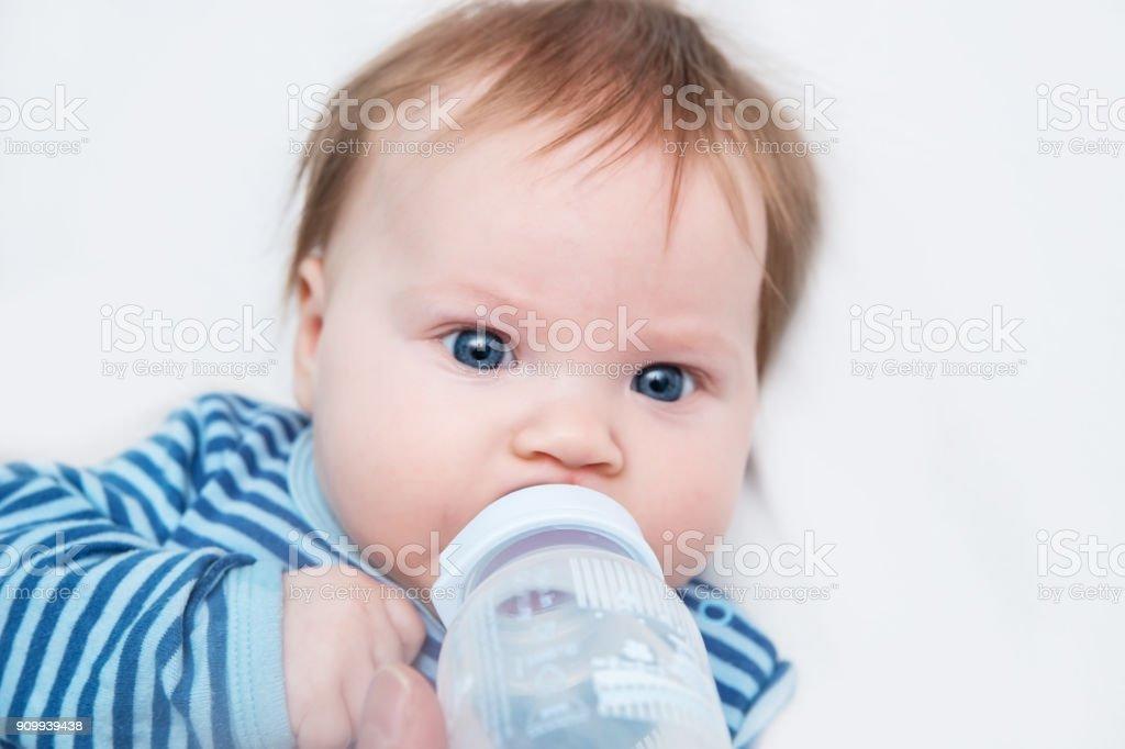 El Bebé Es El Tercer Mes Del Agua De Bebida De Nacimiento De Una ...