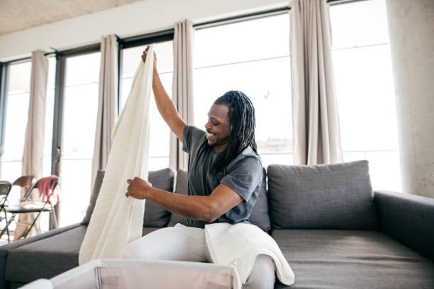 der bachelor leben - sofabezüge stock-fotos und bilder